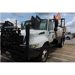 2004 INTERNATIONAL 4400 Sprayer Truck; VIN/SN:1HTMKAAR94H612416 -:- S/A, Int. DT466 diesel, Eaton A/