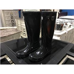 PAIR OF MB WOMENS BLACK RUBBER BOOTS - SIZE 6
