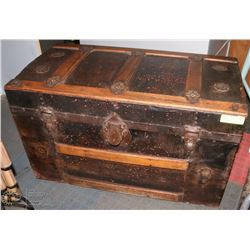 ANTIQUE TRUNK.