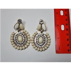 25)  GOLD TONE, CLEAR CRYSTAL & WHITE