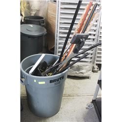 32 GALLON BRUTE WITH BRISTLE BROOMS AND DUSTPANS