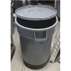 SINGLE 32 GALLON BRUTE BIN WITH LID ON DOLLY