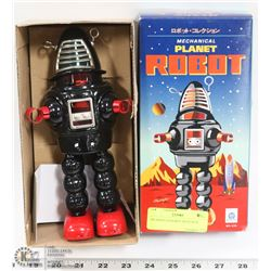 TIN WIND UP ROBOT WITH BOX.