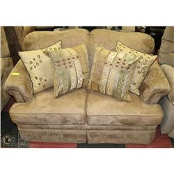 BROWN MICROFIBRE LOVE SEAT WITH ACCENT CUSHIONS