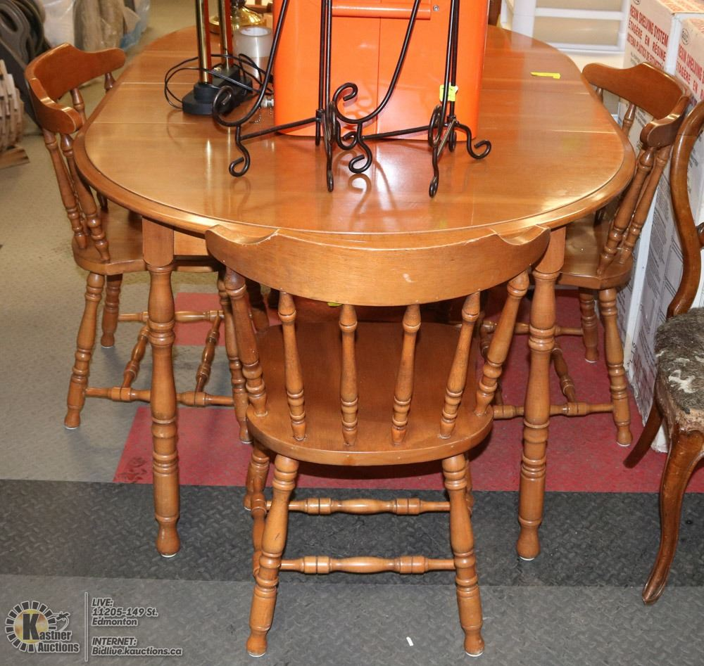MAPLE KITCHEN TABLE WITH 2 LEAFS AND 4 CHAIRS.