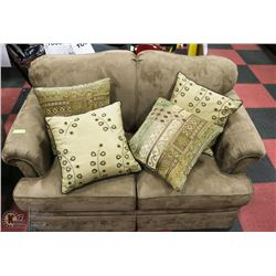 BROWN MICROFIBER LOVESEAT WITH ACCENT CUSHIONS