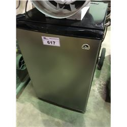 IGLOO STAINLESS AND BLACK SINGLE DOOR BAR FRIDGE