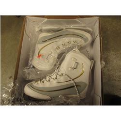 PAIR OF WOMENS EVEREST ICE SKATES SIZE 9 MODEL LP69SW