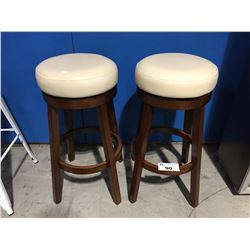 PAIR OF CREAM LEATHER UPHOLSTERED PADDED SEAT BAR STOOLS