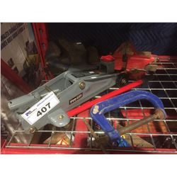 GROUP OF 2 MECHANICS BENCH VICES, FLOOR JACK & RECORD C CLAMP