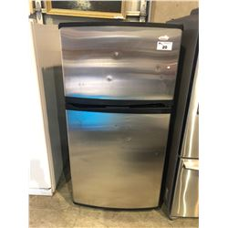 STAINLESS STEEL WHIRLPOOL REFRIGERATOR WITH TOP FREEZER