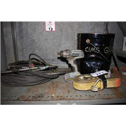 SHELF LOT INCLUDING PULSAR NOVAC AIR HOSE, MASTERCRAFT DRILL, STRAPPING AND PAIL OF HANDHELD TOOLS