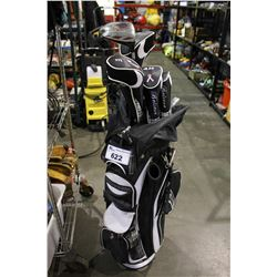 SET OF GOLF CLUBS WITH FIBERGLASS SHAFTS IN GOLF BAG