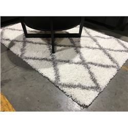 WHITE & GREY EASY SHAG AREA RUG APPROX 4 1/2' X 6 1/2'