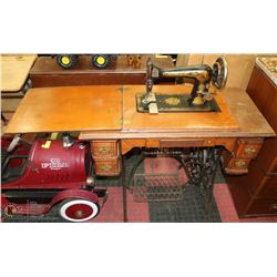 ANTIQUE TREADLE SINGER SEWING MACHINE.