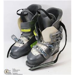 PAIR OF SALOMON SKI BOOTS, 298M, 25/25.5