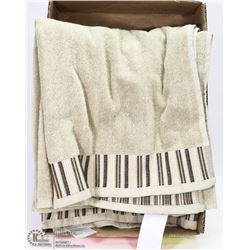 PAIR OF NEW FAMOUS HOMES BATH TOWELS