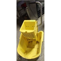 COMMERCIAL RUBBERMADE BUCKET WITH RINGER