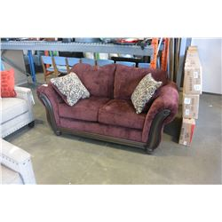 NEW ASHLEY RED FABRIC WOOD FRAMED LOVESEAT WITH 2 ACCENT PILLOWS, RETAIL $1812