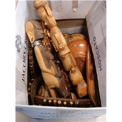 BOX OF WOVEN BASKETS AND WOODEN ITEMS