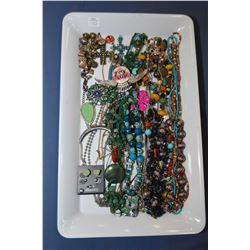 Tray lot of vintage and collectible jewellery including beaded necklaces, rhinestone brooches, neckl