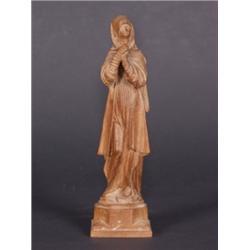 Maria Magdalena. Lindenholz. Vollrund geschnitzte Figur auf oktogonalem Sockel, quadratische Plinthe