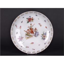 Wandteller. Gemuldete Porzellanplatte. Im Spiegel farbig dekoriert mit den drei Grazien, Blumenbuket
