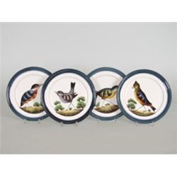 Vier Zierteller. Majolika, polychrom bemalt mit verschiedenen Vögeln auf Landschaftssockel. Geprägte