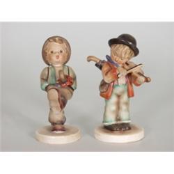 Zwei Hummelfiguren. Farbig bemaltes Steingut. Modellnr. 4 u. 62, Manufakturmarke: Oeslau, nach 1900.