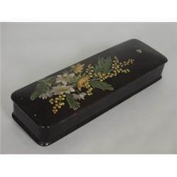 Schatulle. Holz, schwarz lackiert. Scharnierdeckel farbig bemalt mit Mimosenzweig, Anemonen und Busc