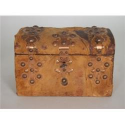 Schmuckkästchen. Lederbespannte Holztruhe mit ornamental ausgesägtem Kupferbeschlag und Messingziern