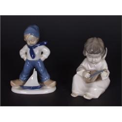 Zwei Porzellanfiguren. Sitzender Engel mit Mandoline. Manufakturmarke: Carl Scheidig. Bestoßen. - Ju