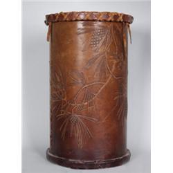 Papierkorb. Leder, geschnitten und punziert. Zylindrischer Behälter. Bodenkante und Rand mit kreuzfö
