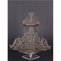 Eckkonsole. Metallguss. Reliefdekor aus Blüten, Ranken und Gitterwerk auf zwei Ebenen. 2.H. 19. Jh.