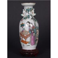 Vase. Keulenförmiger Körper, am eingezogenen Hals zwei vollplastische Fabelwesen. Auf der Schauseite