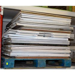 PALLET OF PLASTIC HINGED SIGNS