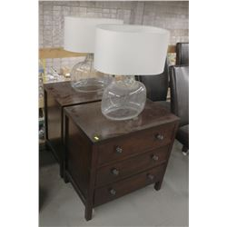 PAIR OF WOOD BEDSIDE TABLES WITH GLASS LAMPS