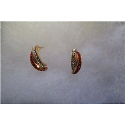 TWO ROWS OF SWAROVSKI RUBY AND CLEAR SWAROVSKI CRYSTALS IN CURVED GOLD EARRINGS.