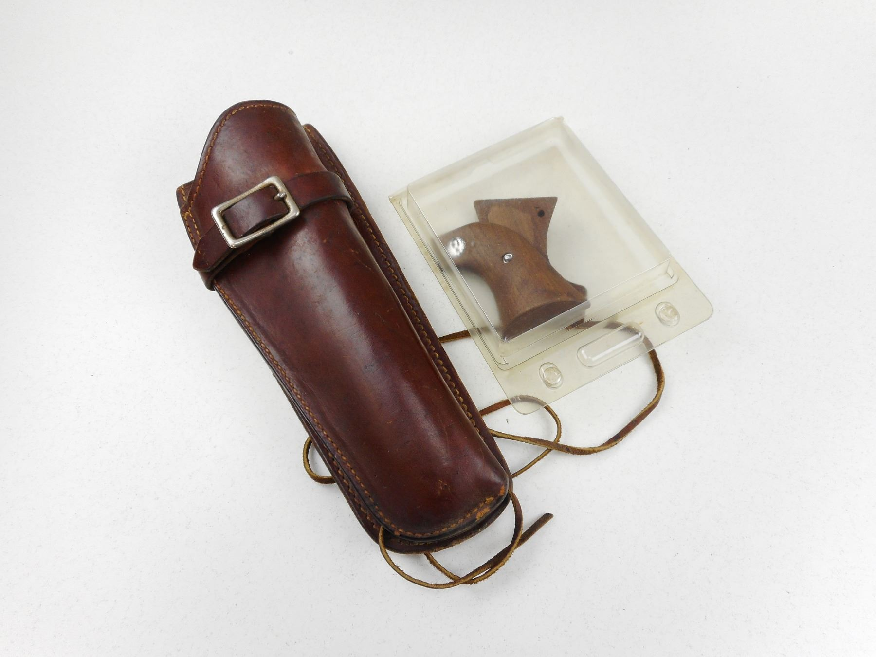LEATHER HOLSTER & WOODEN RUGER GRIPS
