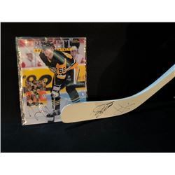 JAROMIR JAGR AND TEEMU SELANNE SIGNED HOCKEY STICK, AND JAROMIR JAGR SIGNED MAGAZINE
