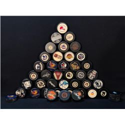 COLLECTION OF ASSORTED NHL TEAM AND OTHER COLLECTIBLE HOCKEY PUCKS