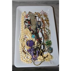 Tray lot of vintage and collectible jewellery including beaded necklaces, bracelet plus brooches, di