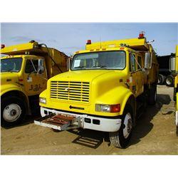 2000 INTERNATIONAL 4900 DUMP, VIN/SN:1HTSDAAR8YH230725 - S/A, CREW CAB DT466E DIESEL ENGINE, 6 SPEED