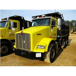 2002 KENWORTH T800 DUMP, VIN/SN:1NKDXBTX32J890166 - TRI-AXLE, 475 HP CAT DIESEL ENGINE, 10 SPEED TRA