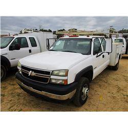 2006 CHEVROLET 3500 SERVICE TRUCK, VIN/SN:1GBJK33U16F154838 - 4X4, CREW CAB, GAS ENGINE, A/T, SERVIC