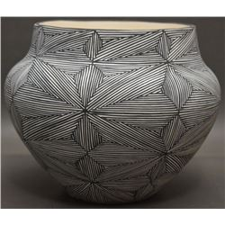 ACOMA INDIAN CERAMIC JAR (LUKEE)