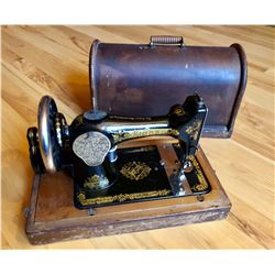 ANTIQUE PORTABLE SINGER SEWING MACHINE W / WOOD CARRYING CASE