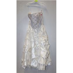 MAYQUEEN SIZE 16 WHITE STRAPLESS PINCHED