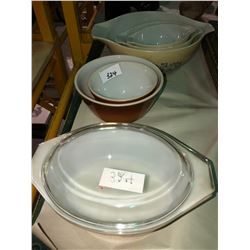6 pieces of Pyrex bowls1950's and casserole dish