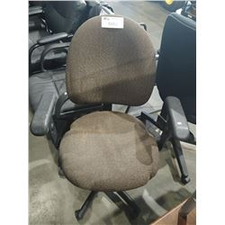 BROWN FABRIC ADJUSTABLE ROLLING OFFICE CHAIR